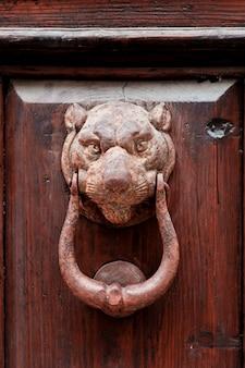 Heurtoir de porte en forme de lion italien antique.