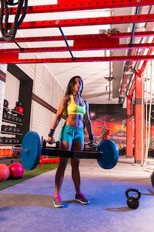 Hex dead lift shrug bar femme deadlifts au gymnase