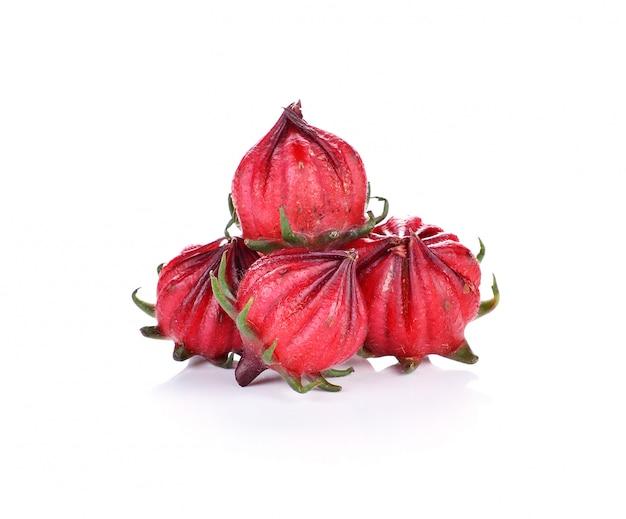 Hibiscus sabdariffa ou fruits roselle isolés sur fond blanc