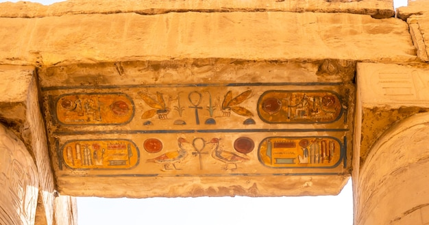 Hiéroglyphes à l'intérieur du temple de karnak, le grand sanctuaire d'amon. egypte
