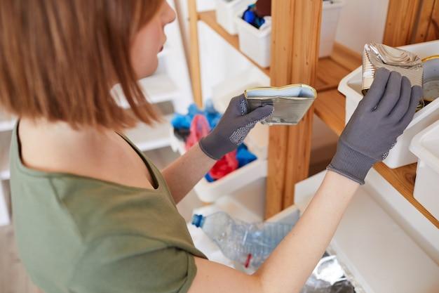 High angle close up of young woman tri des déchets à la maison, le stockage et le concept de recyclage