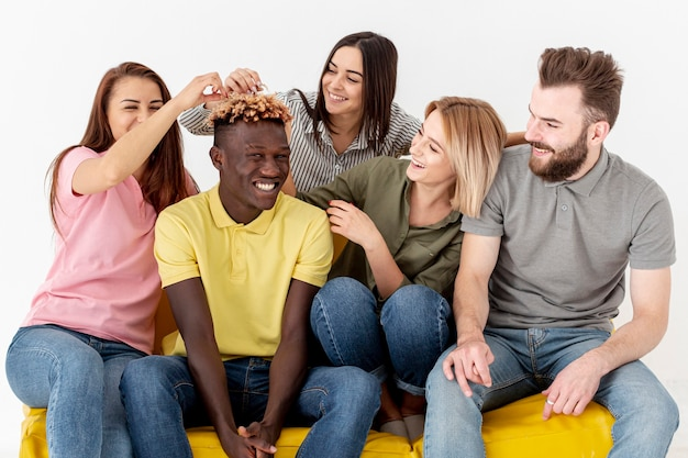 High angle espiègles jeunes amis sur un canapé