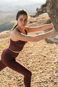High angle jeune femme sur montagne, exercice de poussée