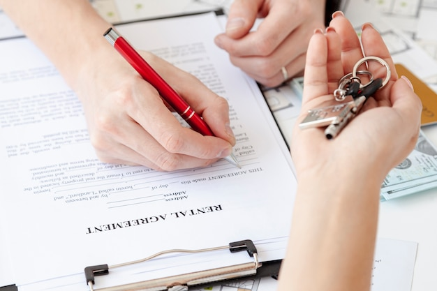 High angle man signant un nouveau contrat de maison