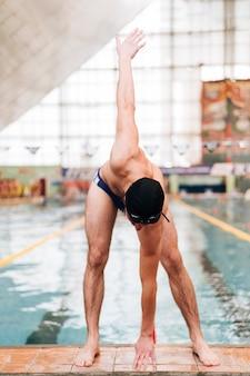 High angle se réchauffer avant de nager