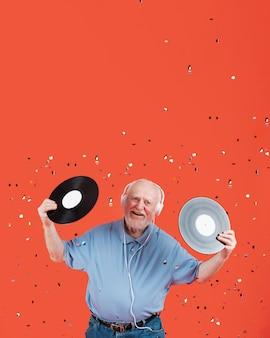 High angle senior avec disques musicaux