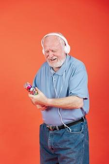 High angle senior se préparant à faire éclater des confettis