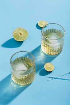 High angle en verre avec de la limonade et des glaçons