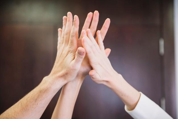 High five entre les gens d'affaires
