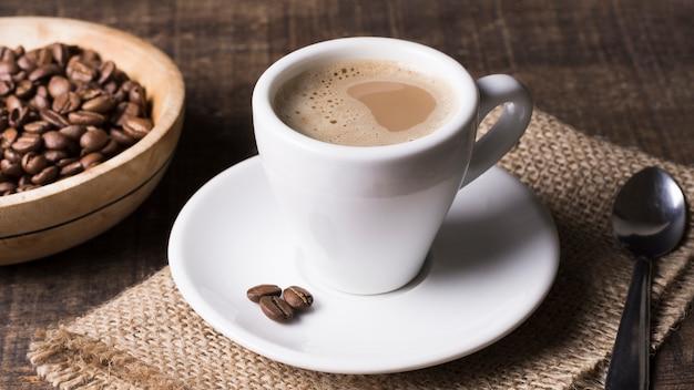 High view délicieux café et grains de café
