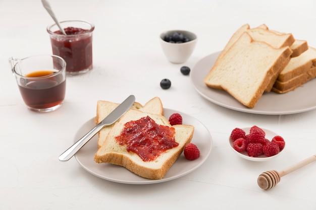 High view délicieux confiture maison sur pain