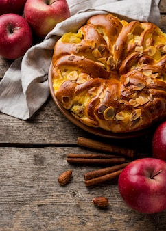 High view délicieux tarte aux pommes au four à la cannelle
