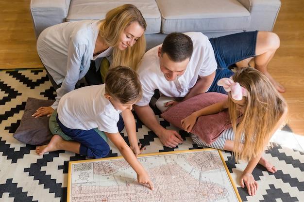 High view family regardant un imprimé bleu