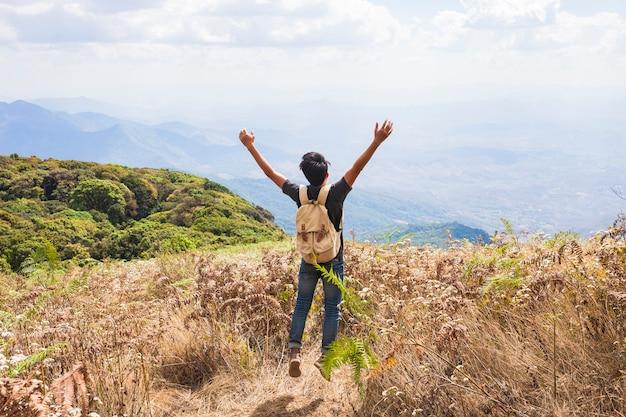 Hiker levant les bras vers le ciel