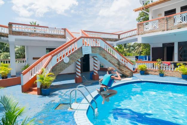 Hikkaduwa, sri lanka. cour intérieure de l'hôtel avec piscine.