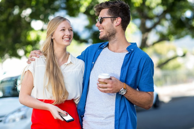 Hip couple rire ensemble dans la ville