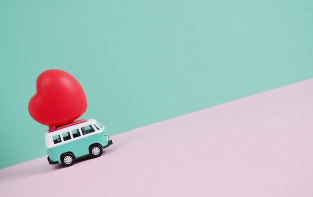 Hippie bus avec coeur rouge sur le toit saint valentin miniature petite voiture bannière amour thème