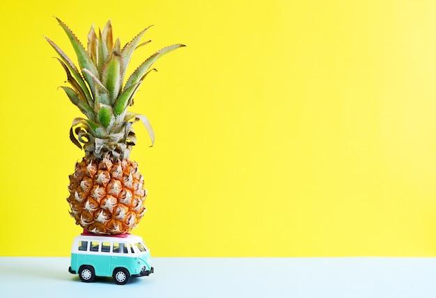 Hippie van avec ananas sur le toit