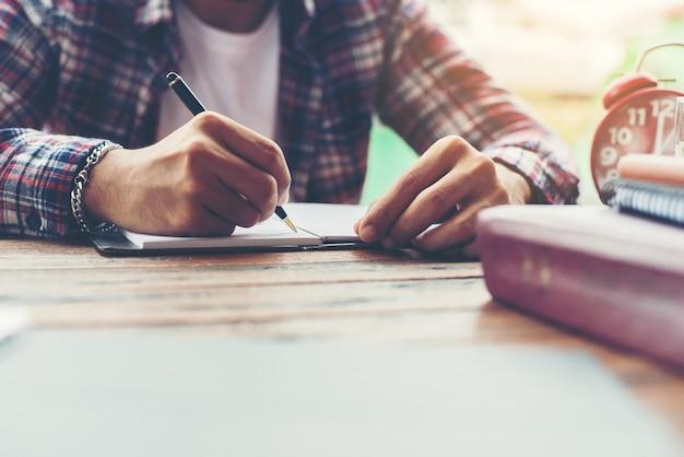 Hipster d'affaires écrit de travail déterminer l'espace de travail lifestyl