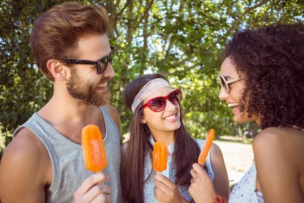 Hipster amis appréciant des sucettes de glace