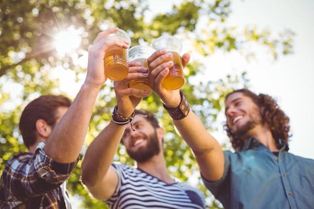 Hipster amis ayant une bière ensemble