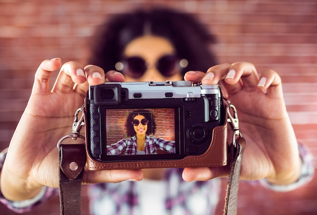 Hipster attrayant prenant des selfies avec caméra