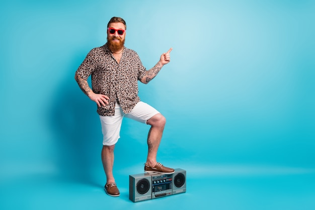 Hipster barbu écouter boom box player direct doigt direct espace vide