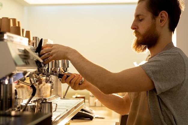 Hipster barista préparer espresso