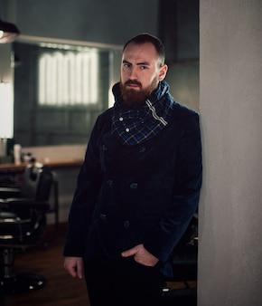 Hipster bel homme barbu avec une barbe élégante.