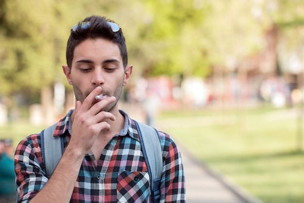 Hipster avec une cigarette