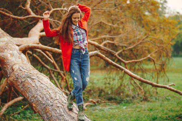 Hipster femme s'amusant dans le parc