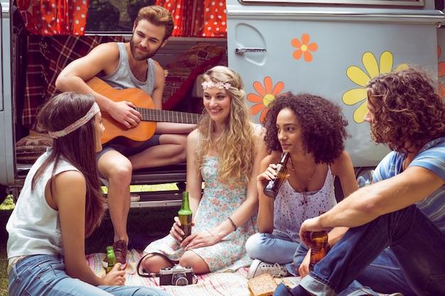 Hipster friends de camper van au festival