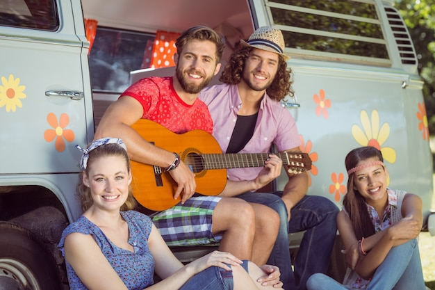 Hipster friends par leur camping-car