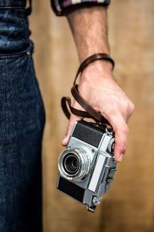 Hipster homme tenant un appareil photo numérique