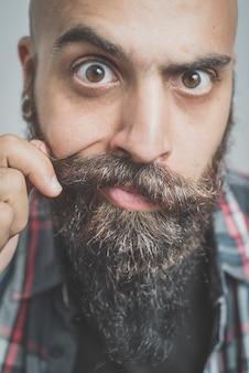 Hipster long homme barbu et moustache