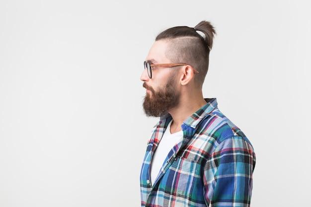 Hipster, mode, concept de personnes - jeune homme barbu hipster à lunettes et chemise debout sur le