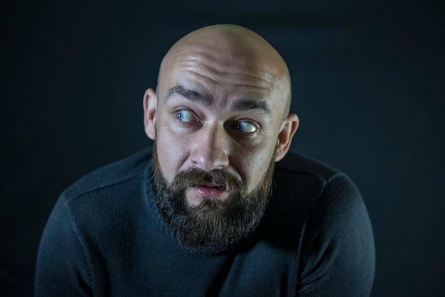 Hipster moustache barbu chauve. portrait. yeux bleus
