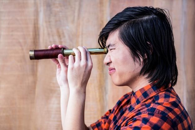 Hipster regardant à travers un télescope