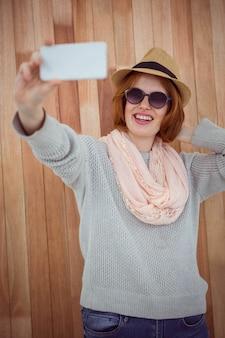 Hipster rousse prenant selfie
