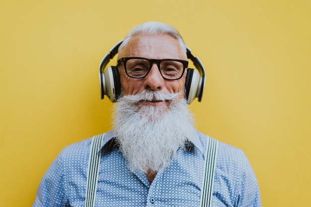 Hipster senior avec des portraits de barbe élégants