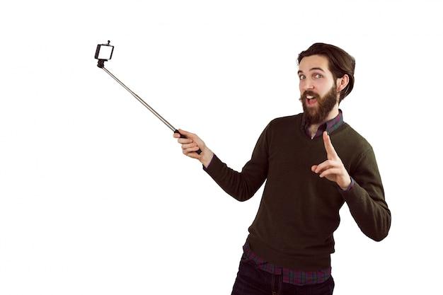 Hipster utilisant son bâton de seflie