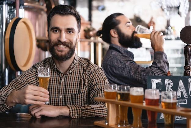 Les hipsters ont une bière artisanale savoureuse microbrewery pub.