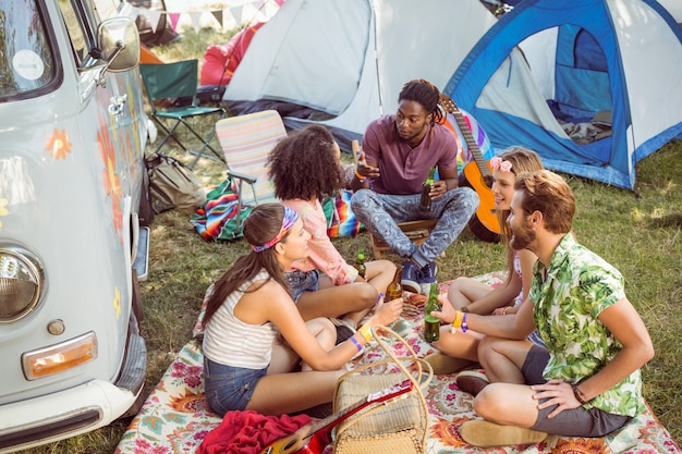Les hipsters s'amusent dans leur camping