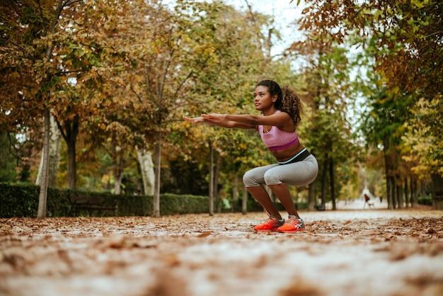 Hispanique, fille, squats, dans, automne, park