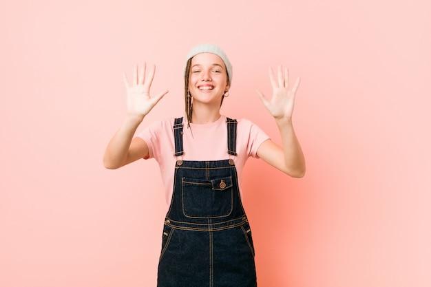 Hispter adolescent femme montrant le numéro dix avec les mains.