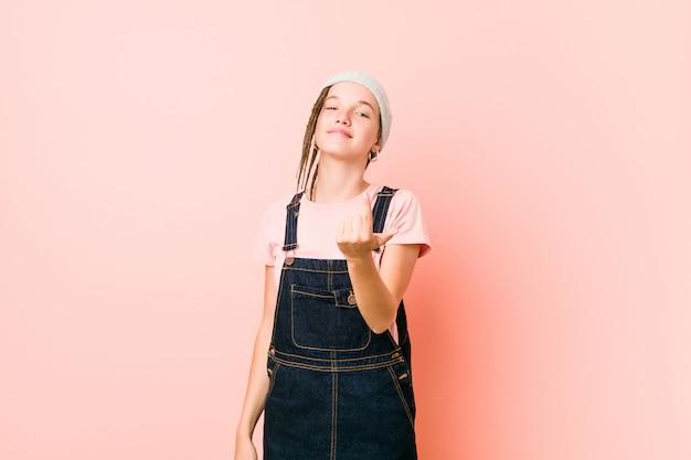 Hispter adolescent femme pointant du doigt vers vous comme si invitant à se rapprocher.