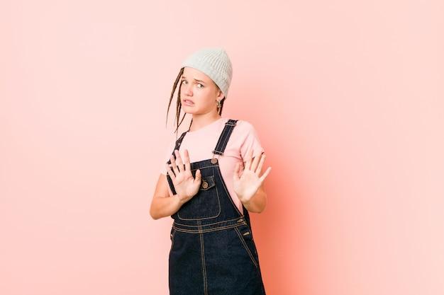 Hispter adolescent femme rejetant quelqu'un montrant un geste de dégoût.
