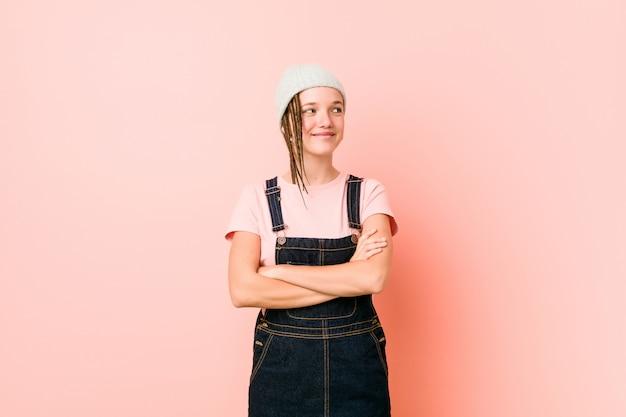 Hispter adolescent femme souriante confiante avec les bras croisés.
