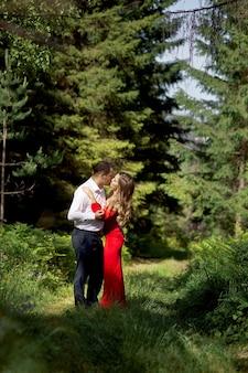 Histoire d'amour d'un couple amoureux d'hommes et de femmes au printemps dans la nature en forêt. couples câlins, pique-nique dans le parc