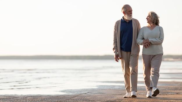 Histoire d'amour couple de personnes âgées plein coup